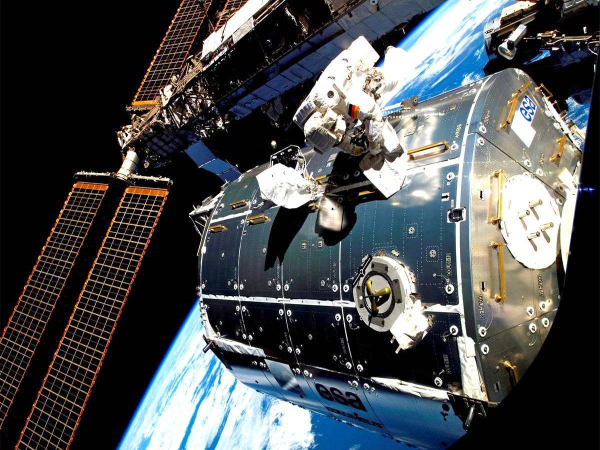 Космонавты впервые открыли люк вмодуль «Наука»