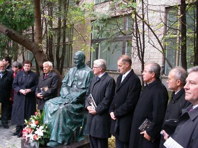 памятник поставят на территории ВГБИЛ (Всероссийская Государственная библиотека иностранной литературы)