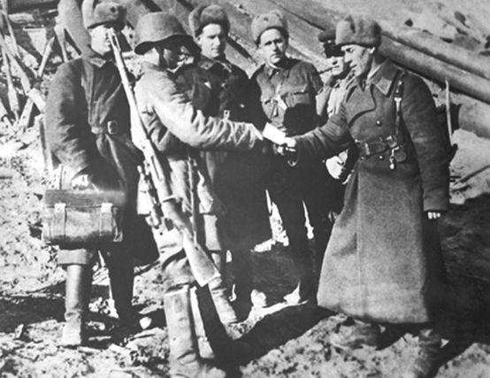 Начальник политотдела 284-й стрелковой дивизии подполковник В.З. Ткаченко вручает карточку кандидата в члены ВКП(б) снайперу 1047-го стрелкового полка старшине В. Г. Зайцеву. 1942 г.