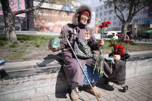 В День Победы женщина-ветеран просила милостыню у резиденции губернатора Свердловской области